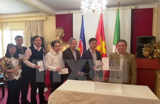 Vietnamese people in Algeria support those affected by storm Damrey