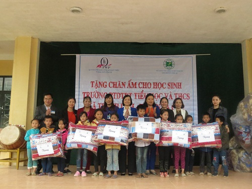 Over 60 blankets presented to students in Ba Che district