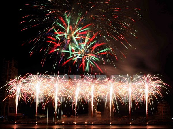 Da Nang hosts fireworks display to celebrate New Year 2018