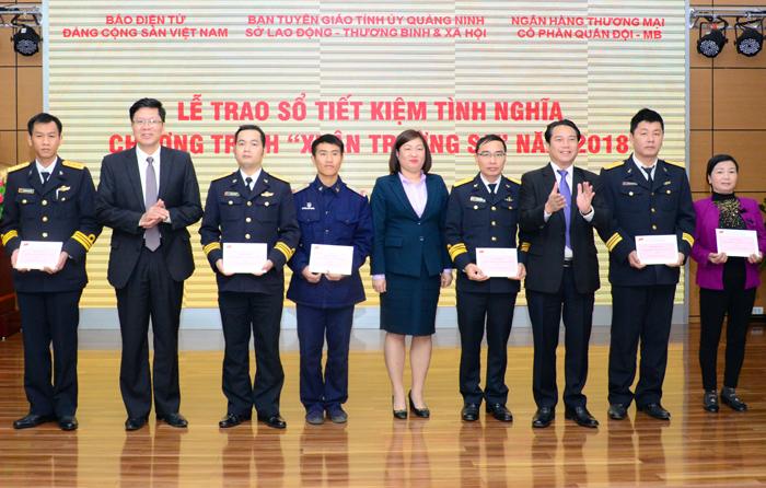 Presenting savings to navy soldiers