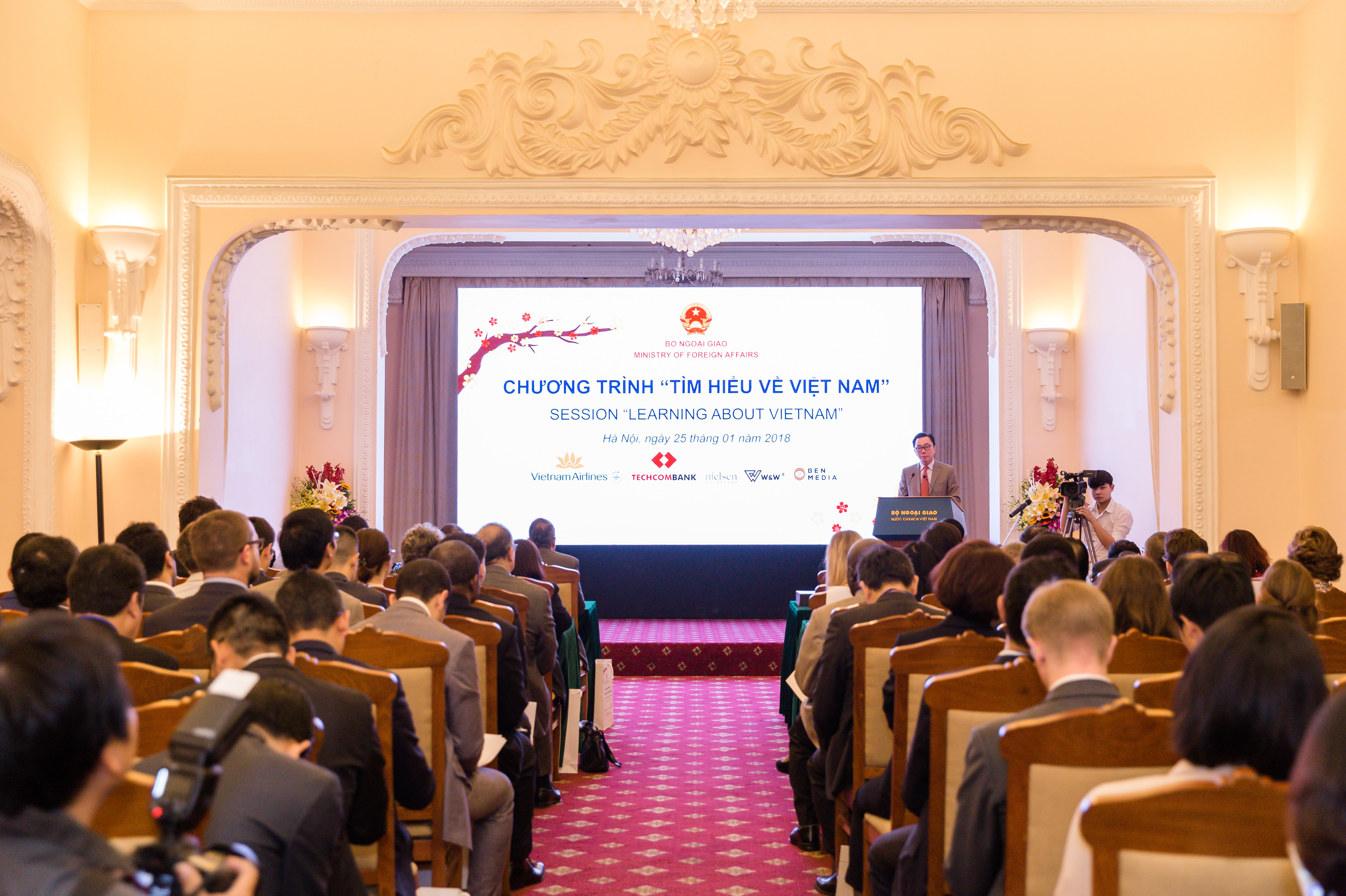Providing information about Vietnam to foreign diplomats
