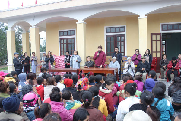 Overseas Vietnamese Buddhists present gifts to poor people in central provinces