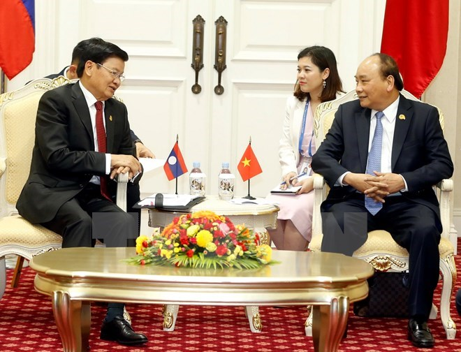 PM Nguyen Xuan Phuc meets Lao counterpart in Cambodia