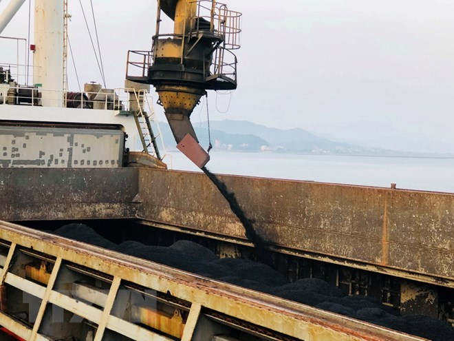 Cam Pha port handles first tonnes of coal on New Year day