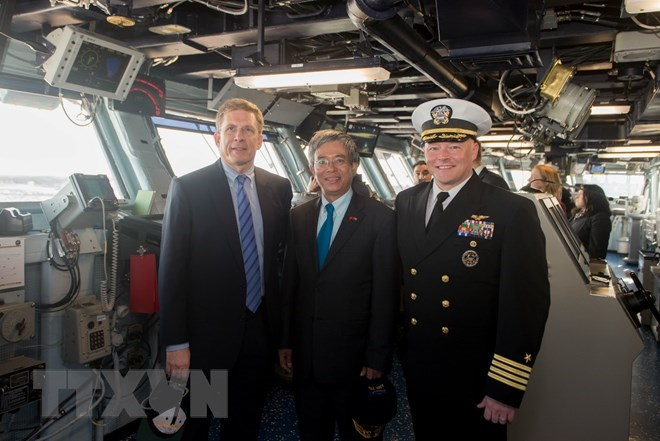 Vietnamese Ambassador visits US aircraft carrier in Norfolk