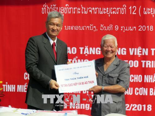 Lao association presents gifts to flood-hit central localities