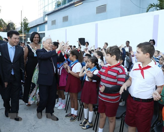 Party chief gives presents to Cuba's primary school