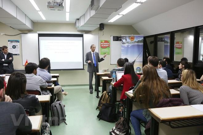 Vietnamese Ambassador talks with UADE students