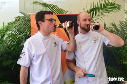 Australian minister grills meat, drinks local beer in Vietnam visit