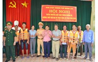 Fishermen in Mong Cai presented 200 life jackets
