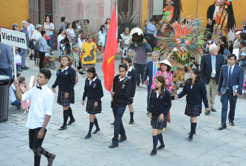 Vietnamese Ao dai and conical hat enchant international friends in Mexico
