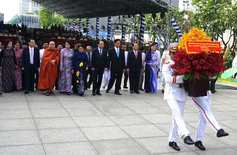 Leaders of Ho Chi Minh city offer incense to commemorate President Ho Chi Minh