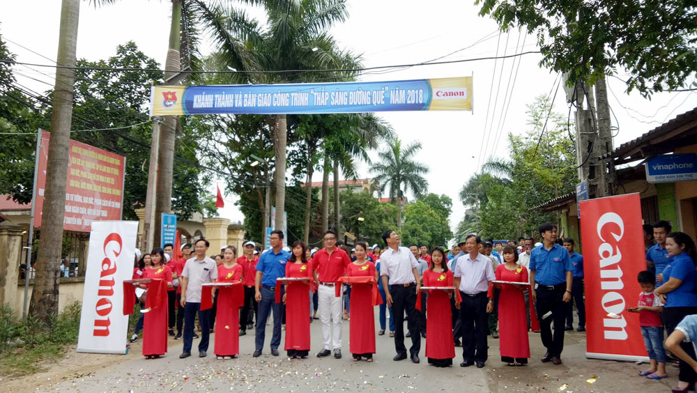 """Handing over """"Lighting up the countryside"""" project to Bac Giang province"""