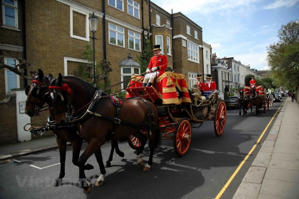 British Royalty uses carriage to welcome Vietnamese Ambassador