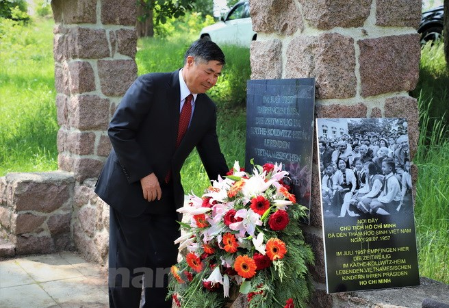 Vietnamese Ambassador to Germany visits memorial site for President Ho Chi Minh