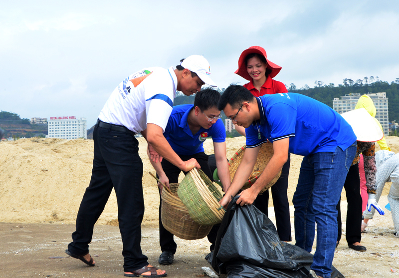 """Clean the sea"" campaign conducted by Quang Ninh Youth"
