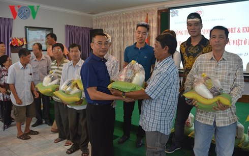 Poor overseas Vietnamese and Cambodians in Phnom Penh presented gifts