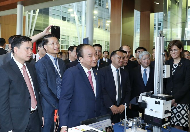 PM enjoys smart technological show in Canada's university