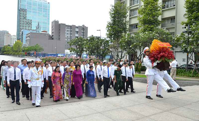 Leaders of Ho Chi Minh city offer flowers to commemorate Uncle Ho