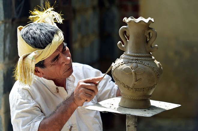 Compiling dossier on Cham ethnic pottery to submit to UNESCO