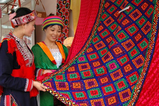 Vietnam brocade culture festival in Dak Nong province