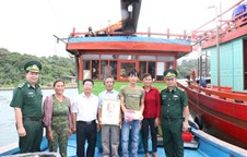 Thanh Lan border post presents 150 national flags and Uncle Ho's photos to fishermen