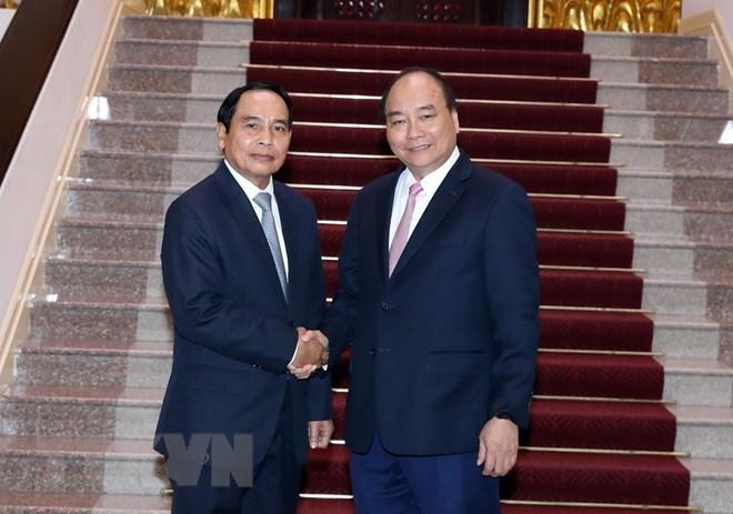 PM Nguyen Xuan Phuc hosts Lao Deputy PM Bunthoong Chitmany
