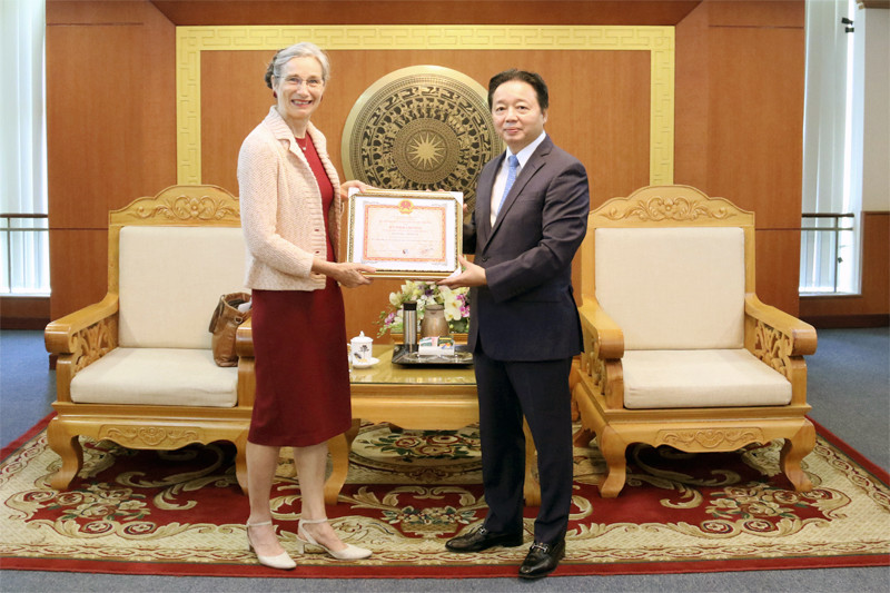 Presenting insignia to Ambassador of the Netherlands to Vietnam