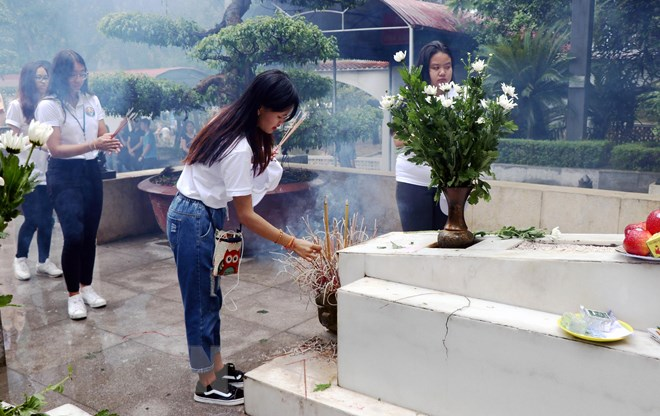 Overseas Vietnamese youth offer incense at Dong Loc T-junction site