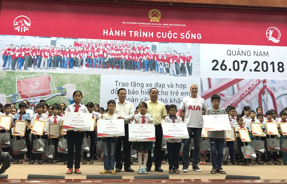 """""""Real life journey"""" brings 165 bicycles to poor students in Quang Nam province"""
