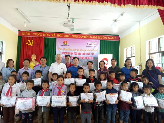 Canon Vietnam presents 500 meal tool sets to pupils in Ha Giang province