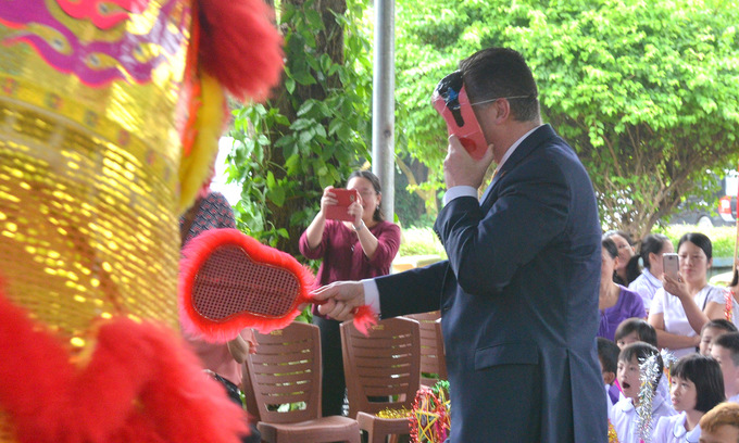 US Ambassador celebrates Mid-Autumn festival with children with disabilities