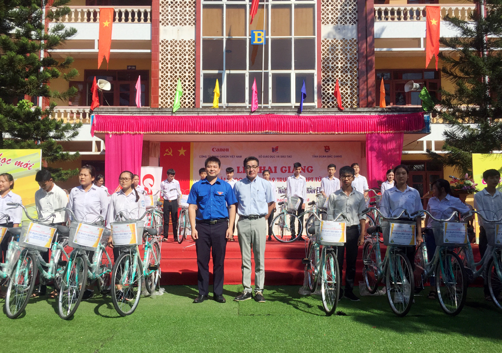 Bac Giang province: Canon Vietnam presents 150 bikes to local pupils