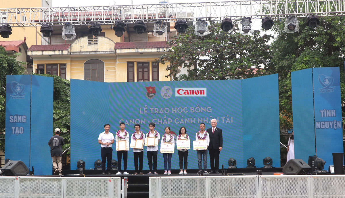 "140 students received around VND5.8 billion from ""Canon - Cultivating future talents"" scholarship"