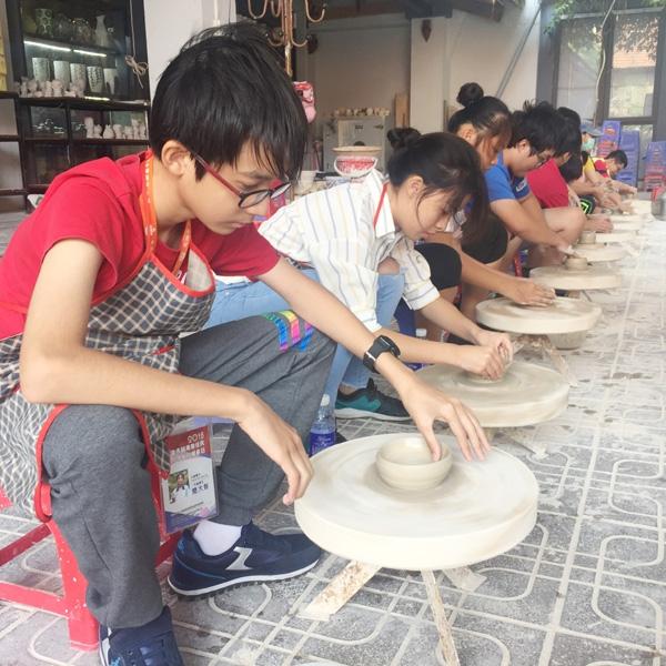 Overseas Vietnamese students in Taiwan (China) visit Bat Trang village