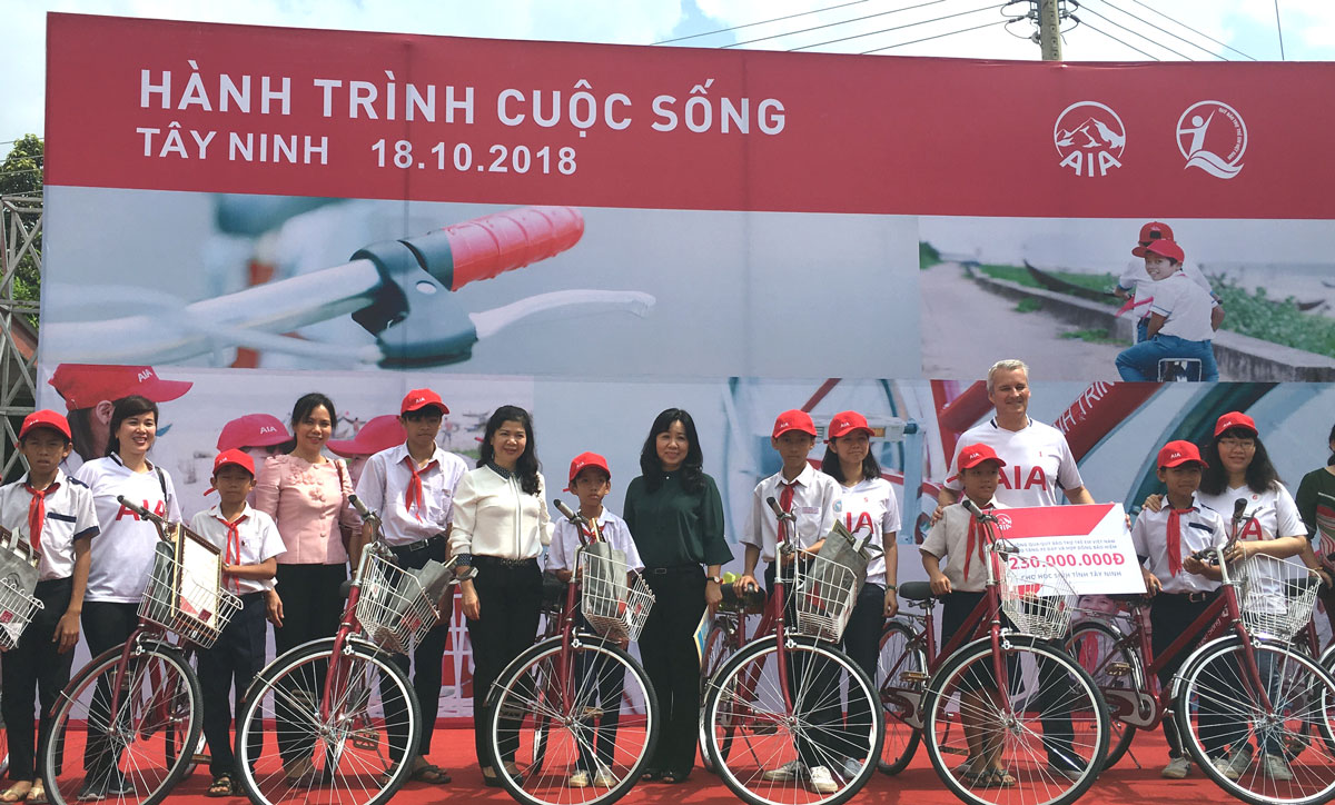"""""""The Lív Journey"""" brings 70 bicycles to poor students in Tay Ninh province"""