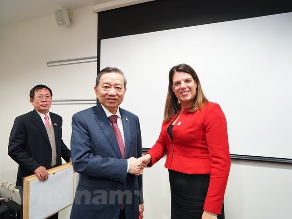 Vietnam-UK to create favorable conditions for their citizens to enter for employment, tourism