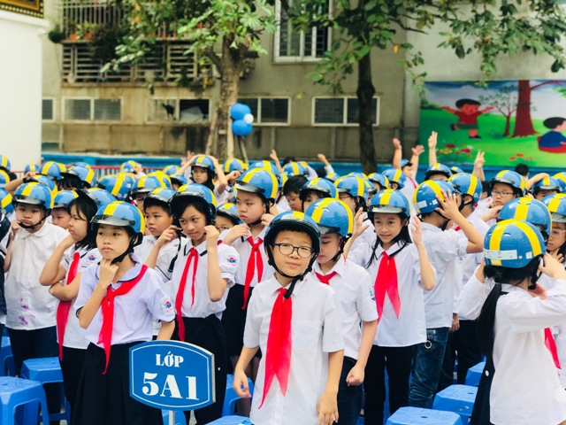 Swedish Embassy presents some 1,000 helmets for pupils in Hanoi
