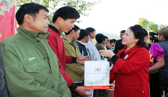 Millions of poor and AO victims' families presented with Tet presents