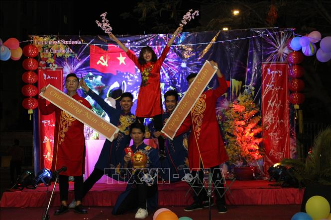 Vietnamese students in Cambodia welcome Tet