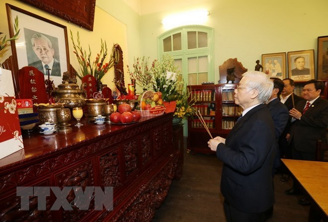 Leader commemorates predecessors on Tet, Party's anniversary