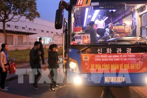 Free rides for workers in Hai Phong, Ha Nam to return home for Tet