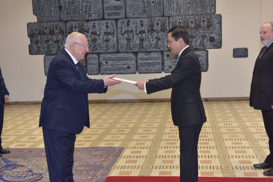 Ambassador Do Minh Hung presents letter of credence to Israeli President