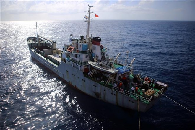 Tet gifts reach staff on offshore platform