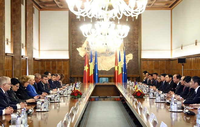 PM Nguyen Xuan Phuc holds talks with Romanian counterpart