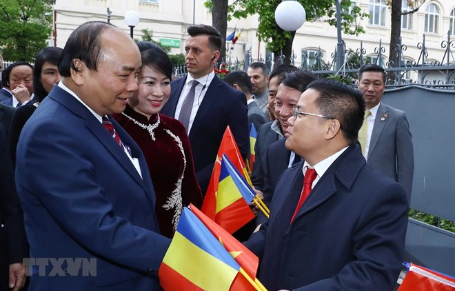 PM Nguyen Xuan Phuc meets overseas Vietnamese in Romania