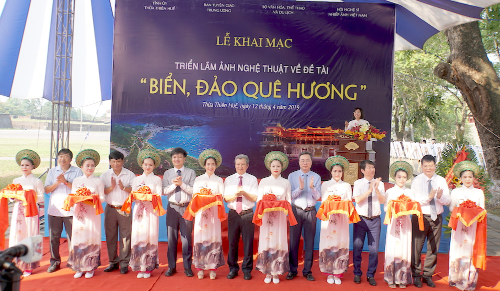 Photos on nation's seas and islands on display in Hue