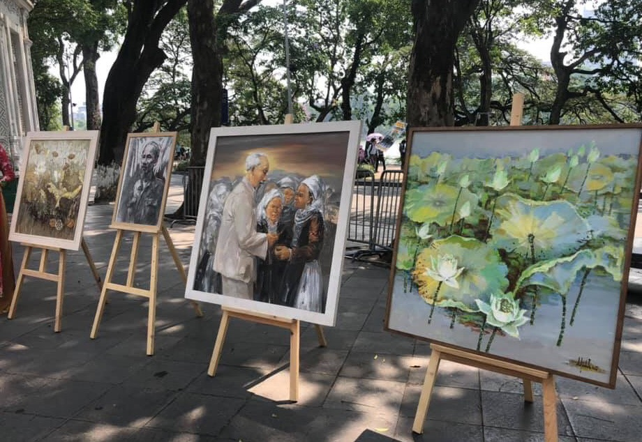 Paintings on Uncle Ho displayed at Hoan Kiem lake pedestrian zone