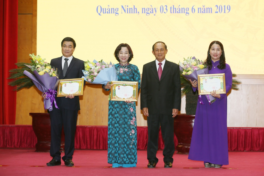 Laos awards medals to Vietnamese collectives and individuals