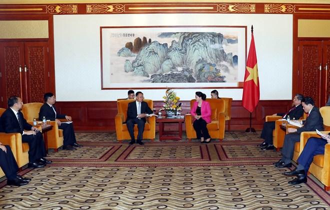 Top legislator meets Chinese businesspeople in Beijing